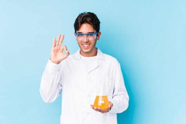 De jonge cientific kaukasische mens isoleerde vrolijk en zeker tonend ok gebaar.