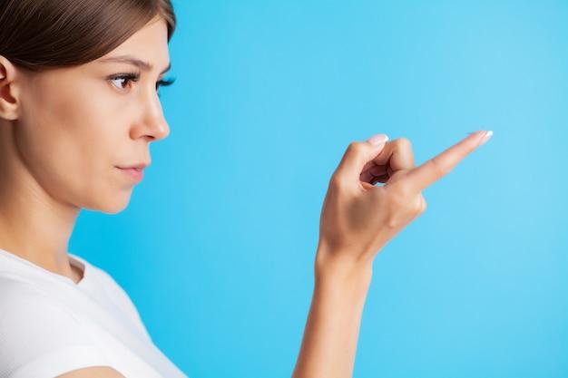 De jonge contactlens van de vrouwenholding op vinger.