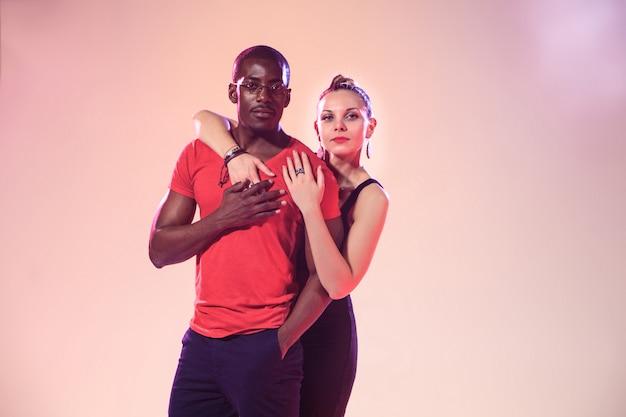 De jonge coole zwarte man en blanke vrouw