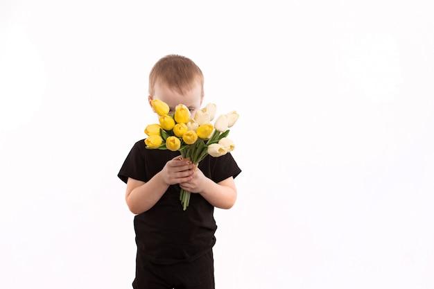 De jonge die tulpen van de jongensholding op wit worden geïsoleerd