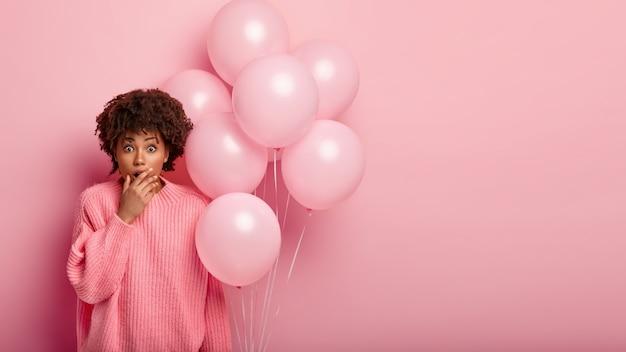 De jonge donkerbruine ballons van de vrouwenholding