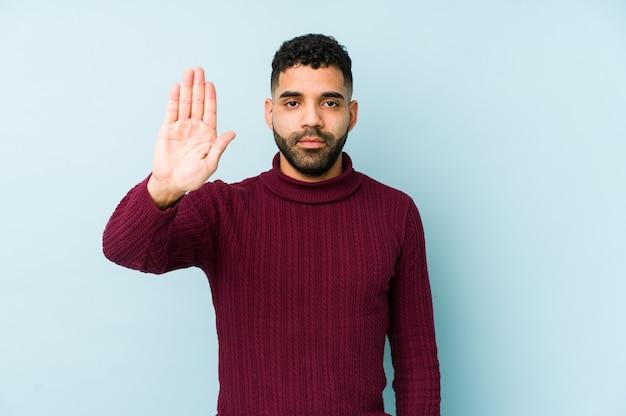 De jonge gemengde ras arabische mens isoleerde status met uitgestrekte hand die eindeteken tonen, die u verhinderen.