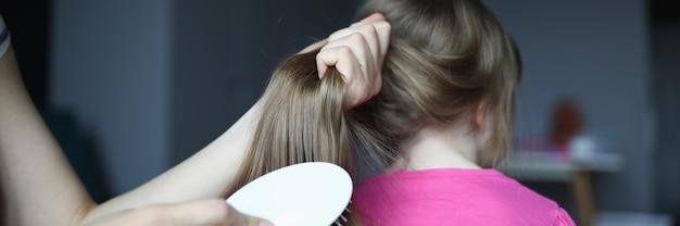 De jonge haarborstel van de vrouwenholding