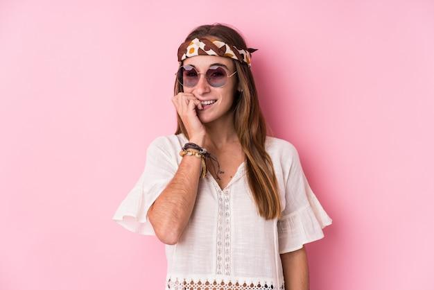 De jonge hipster kaukasische vrouw isoleerde bijtende vingernagels, zenuwachtig en zeer bezorgd.