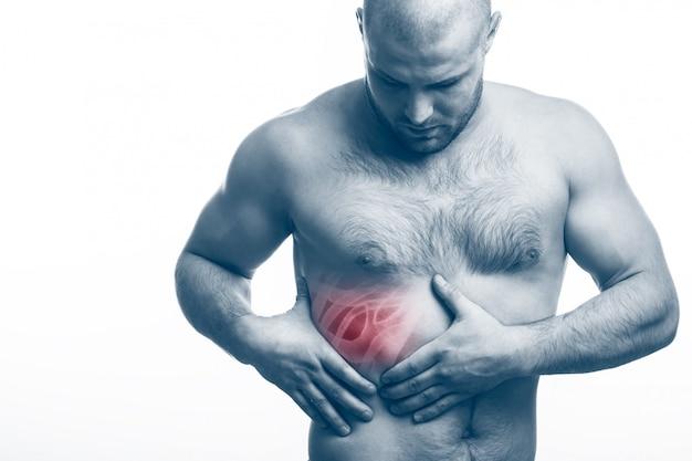 De jonge kale man sportieve lichaamsbouw houdt op pijnlijke rib