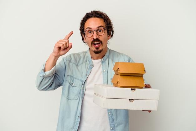 De jonge kaukasische hamburger van de mensenholding pizza's die een idee, inspiratieconcept hebben.