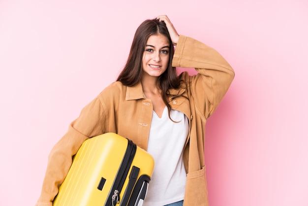 De jonge kaukasische reizigersvrouw die een koffer geïsoleerd houden geschokt houdt, heeft zij belangrijke vergadering herinnerd.