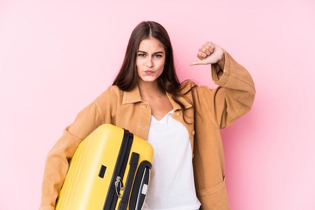 De jonge kaukasische reizigersvrouw die een koffer geïsoleerd houden voelt trots en zelfverzekerd, te volgen voorbeeld.
