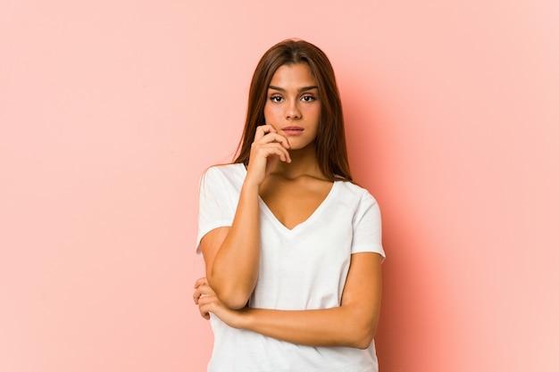 De jonge kaukasische vrouw die schoonheid doet stelt geïsoleerd