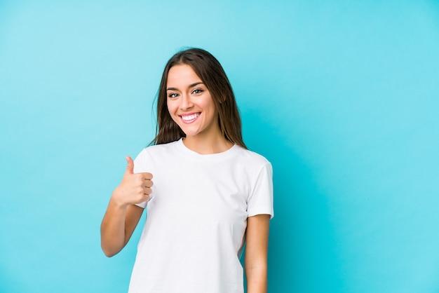 De jonge kaukasische vrouw isoleerde omhoog het glimlachen en het opheffen van duim