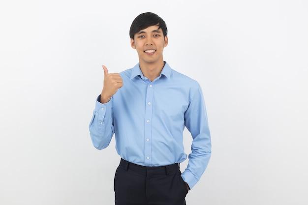 De jonge knappe aziatische bedrijfs en mens die beduimelt omhoog glimlachen tonen