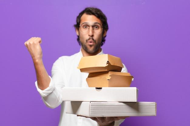 De jonge knappe indische mens haalt snel voedselconcept weg