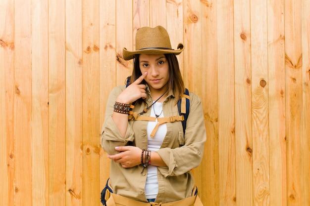 De jonge latijnse houten muur van de ontdekkingsreizigervrouw