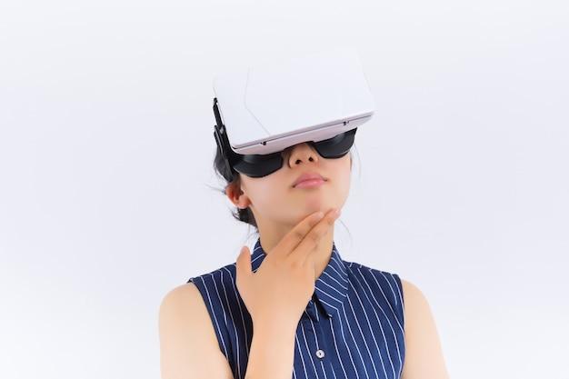 De jonge leuke vrouw die virtuele werkelijkheid dragen googles ontspande het denken over iets bekijkend een exemplaarruimte