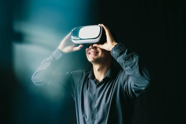 De jonge man droeg een virtuele bril