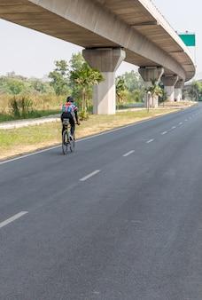 De jonge man fietst de moderne fiets.