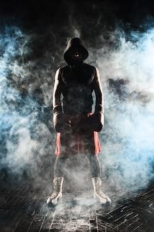 De jonge man kickboksen