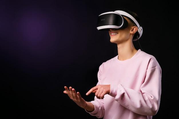 De jonge man leert tekenen met een virtual reality-bril om te tekenen met een virtual reality-bril. uitgebreide realiteit. vr-bril. concept van moderne technologie van de toekomst.