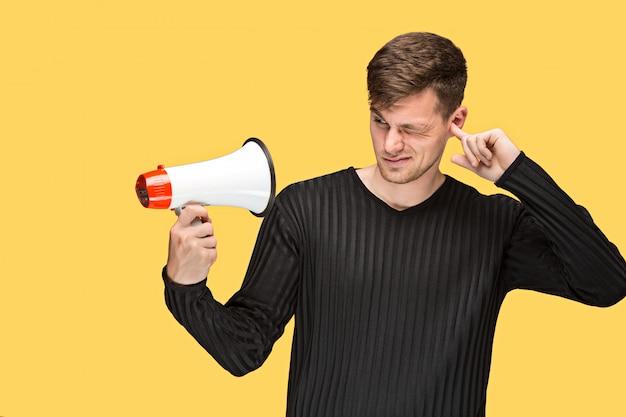 De jonge man met een megafoon