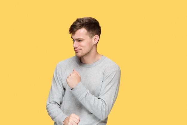 De jonge man met een opgeheven vuist