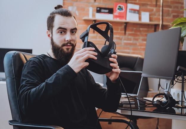 De jonge man met virtual reality-bril