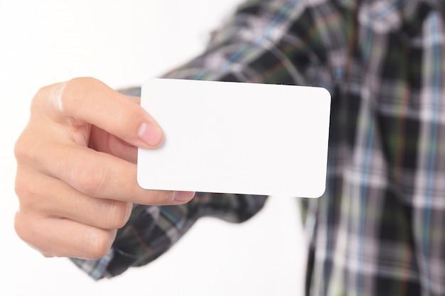 De jonge man uitneemt leeg adreskaartje van de zak van zijn overhemd voor mock up design templet