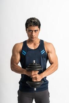 De jonge mens die gymnastiekkleren draagt, tilt de halter met beide handen op