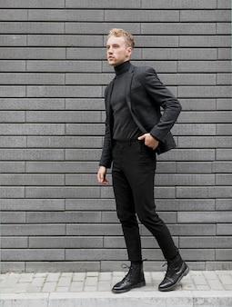 De jonge mens op straat met één dient zijn zak in