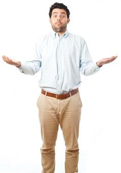 De jonge mens verontschuldigt zich op een witte achtergrond