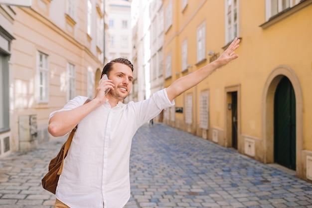 De jonge mensenachtergrond de oude europese stad neemt selfie