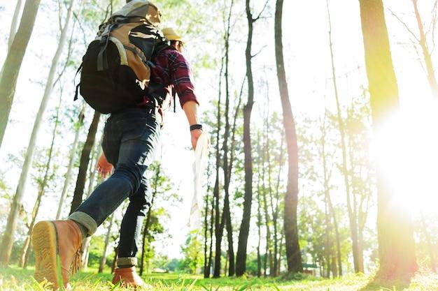De jonge mensenreiziger met rugzak, houdt kaart openlucht ontspannen