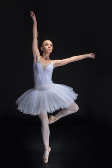 De jonge mooie balletdanser stelt