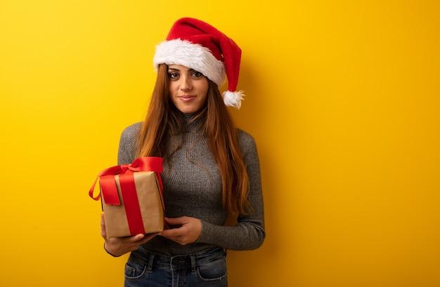 De jonge mooie gift van de vrouwenholding vrolijk met een grote glimlach