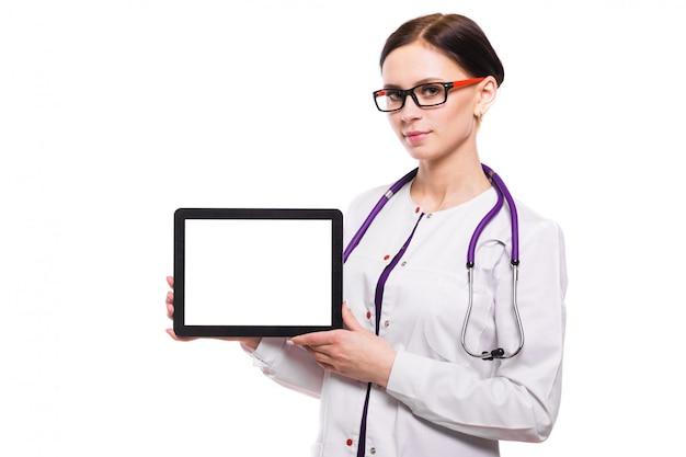 De jonge mooie vrouwelijke tablet van de artsenholding in haar handen