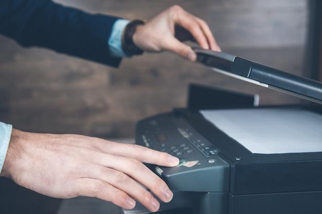 De jonge printer van de bedrijfsmensenhand
