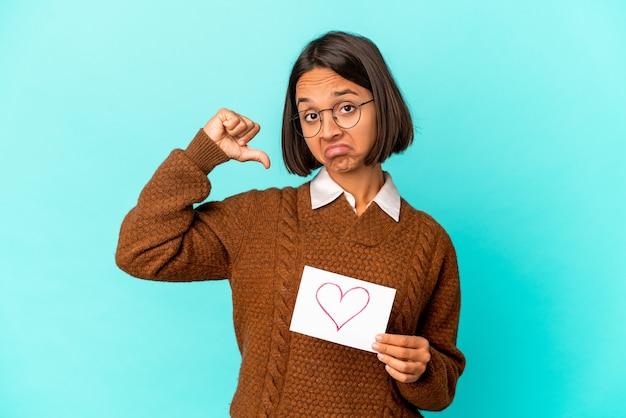 De jonge spaanse vrouw van gemengd ras met een hartdocument voelt zich trots en zelfverzekerd, voorbeeld om te volgen.