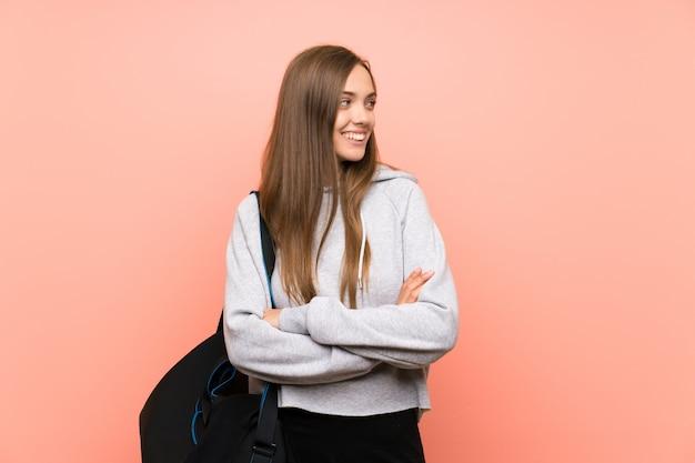 De jonge sportvrouw isoleerde het roze lachen