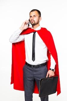 De jonge sprekende telefoon van de zakenman super held die op witte achtergrond wordt geïsoleerd