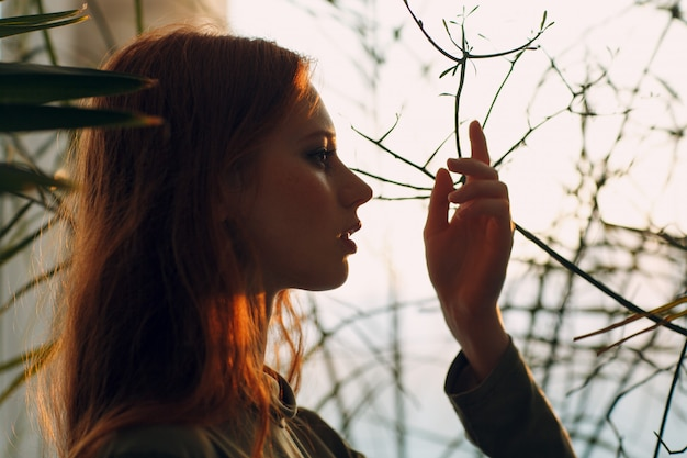 De jonge stijgende hand van het vrouwenportret met installaties