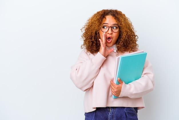 De jonge studentenvrouw over geïsoleerde achtergrond zegt een geheim heet remmend nieuws en kijkt opzij