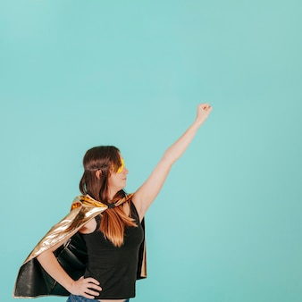 De jonge superwoman in het vliegen stelt