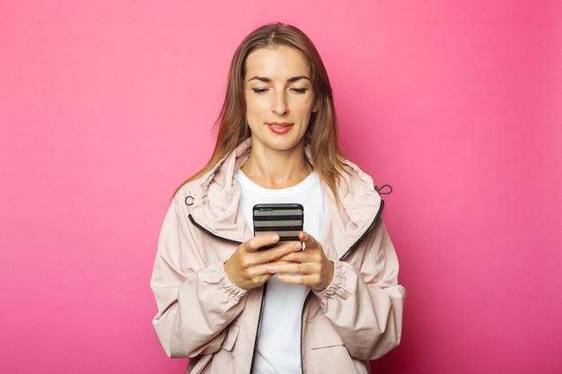 De jonge telefoon van de vrouwenholding