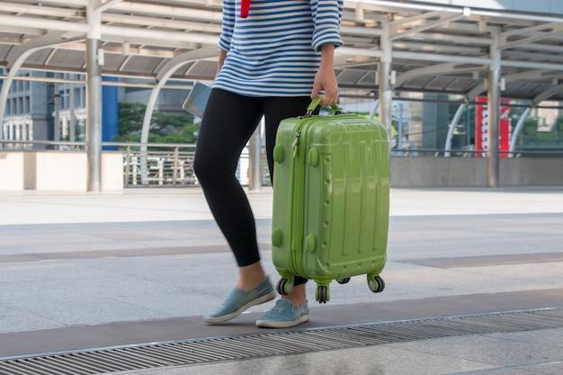 De jonge tiener draagt bagage aan luchthaven