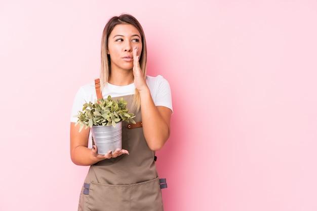 De jonge tuinmanvrouw zegt een geheim heet remmend nieuws en kijkt opzij