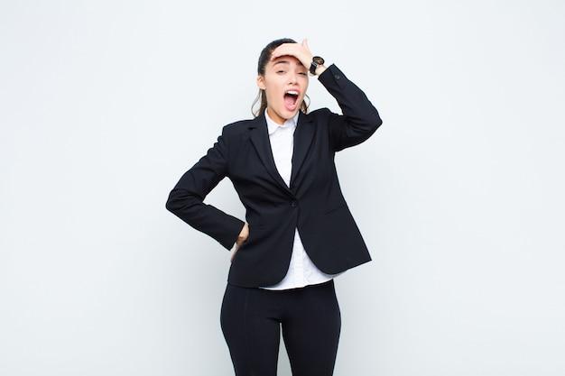 De jonge vrouw die in paniek over een vergeten uiterste termijn in paniek raakt, zich beklemtoond voelt, moet knoeien of een bedrijfsconcept vergissen