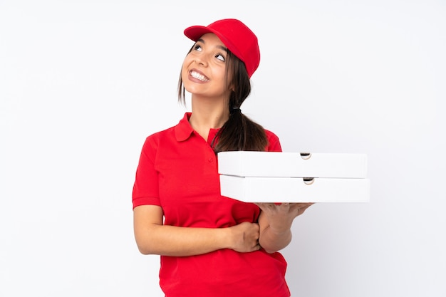 De jonge vrouw die van de pizzalevering omhoog terwijl het glimlachen kijkt