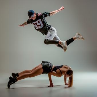 De jonge vrouw en de jongen die hiphop dansen