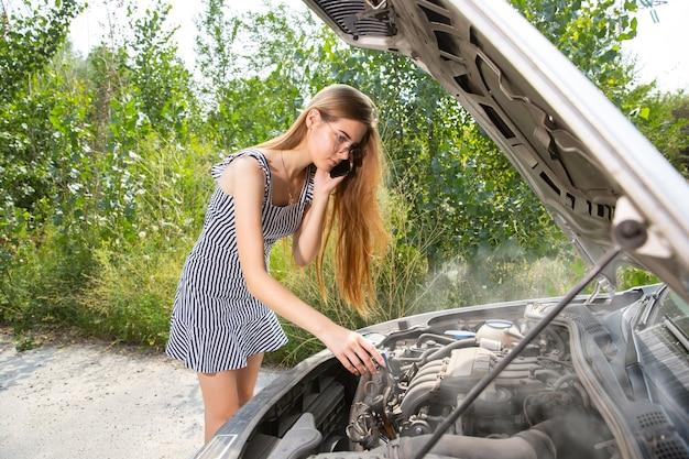 De jonge vrouw gaf de auto pech terwijl ze onderweg was om uit te rusten.