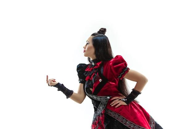 De jonge vrouw gekleed in middeleeuwse stijl die zich voordeed in de studio als markiezin.