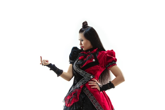De jonge vrouw gekleed in middeleeuwse stijl die zich voordeed in de studio als markiezin